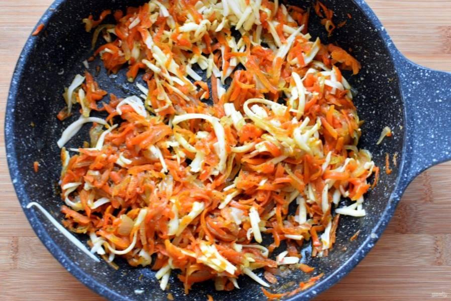 Лук нашинкуйте тонко, морковь натрите на крупной терке. Слегка позолотите лук, добавьте морковь и обжарьте, помешивая, не давая сильно румяниться. Посолите, поперчите и остудите. В остывшую смесь добавьте натертый сыр, лучше, если он будет с мягким молочным или сливочным вкусом. Я брала моцареллу для пиццы. Хорошо перемешайте.