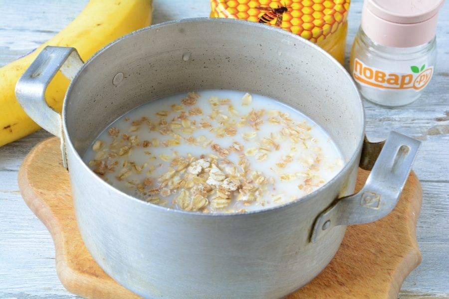 Вскипятите молоко, добавьте щепотку соли, всыпьте овсянку.