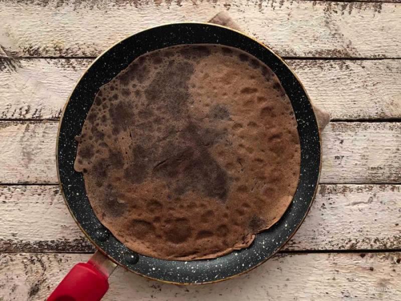 На хорошо разогретой сковороде обжарьте блины с двух сторон по 1-2 минуты.
