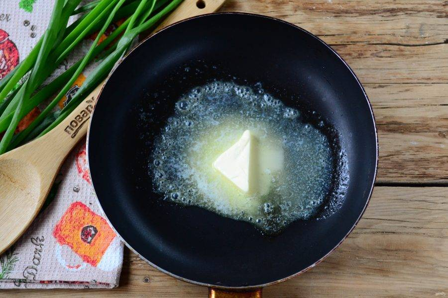 На сковороде растопите кусочек сливочного масла.