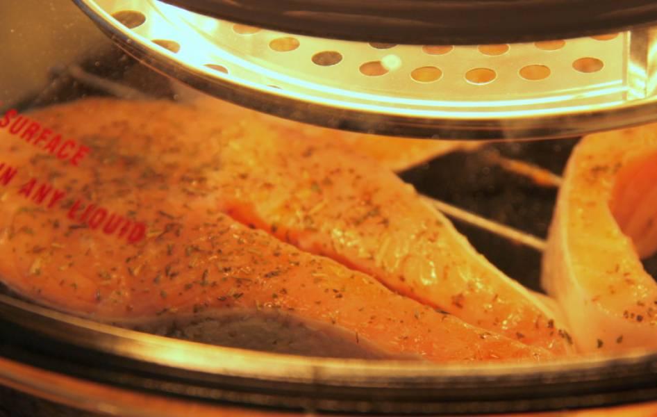 Кладем стейки на верхнюю решетку. Запекаем на максимальной температуре 15-20 минут.