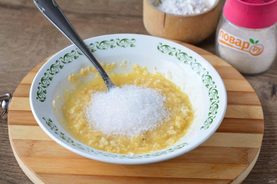 Всыпьте сахар в тесто и размешайте, чтобы он растворился.