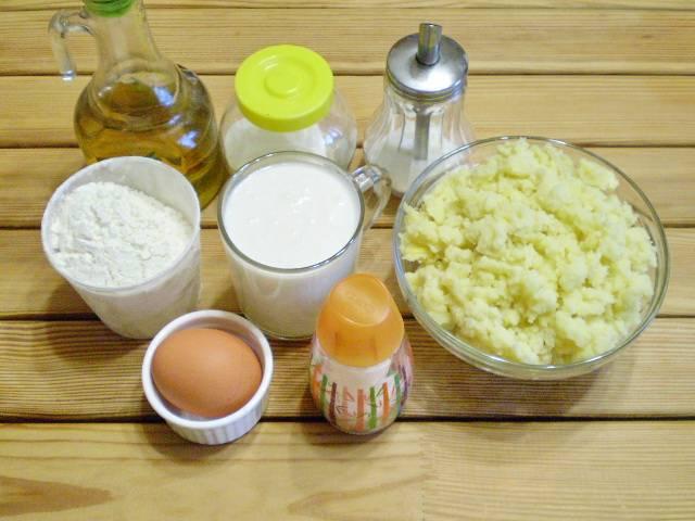 1. Приготовим продукты для теста. Начинку сделайте по вашему вкусу заранее. Я сварила картофельное пюре и заправила его жареным луком. Остудила.