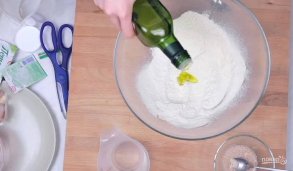 2. Затем просейте муку, добавьте к ней соль, оливковое масло, дрожжи и небольшими порциями добавьте воду. Замесите упругое эластичное тесто.