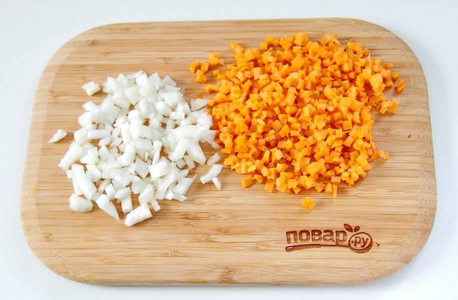 Лук и морковь нарежьте кубиками.