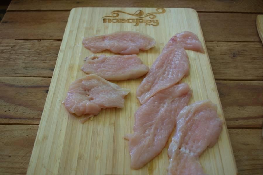 Куриное филе нарезать на пластины. Отбить молоточком для мяса.