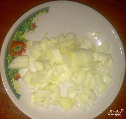 2. Луковицу очистить и нарезать небольшими кубиками (можно пропустить через мясорубку).