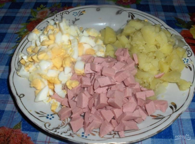 2. Все ингредиенты (за исключением редиски и огурца) нарезаем кубиками. Я люблю мелкую нарезку, а вы делайте по вкусу.