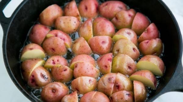 В сковороду положите картофель и жарьте 8 минут.