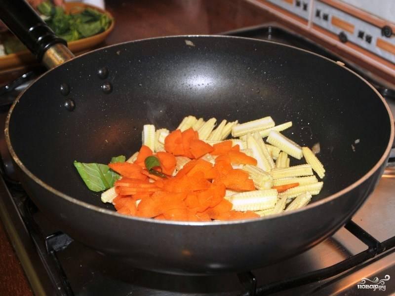 Обжарьте в воке овощи до полуготовности, рекомендую сначала добавить морковку и кукурузу: они готовятся дольше.