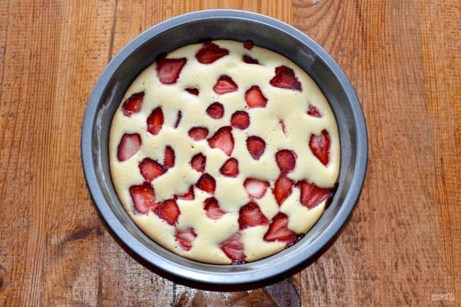 Запекайте бисквитный пирог с клубникой до готовности (проверяйте тесто зубочисткой или спичкой). Этот пирог я пекла около 30 минут.