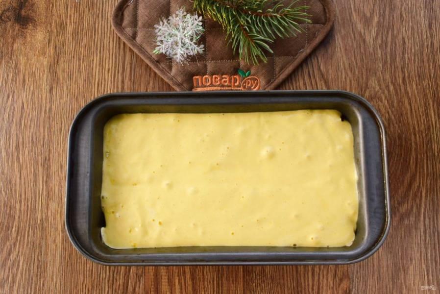 Яйца, сахар и ванилин взбивайте миксером до пышной светлой массы в течение 5-7 минут. Добавьте просеянную муку в 2-3 приема, аккуратно вмешивая ее с помощью силиконовой лопатки. В прямоугольную форму положите пергамент для выпечки. Тесто вылейте в форму, поставьте запекаться в разогретую духовку на 45-50 минут. Ориентируйтесь по своей духовке.