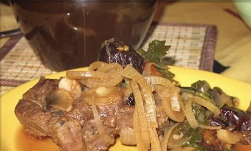 Получается очень ароматное мясо и огромное количество соуса. поэтому сразу готовьте гарнир, чтобы была мясная подлива.