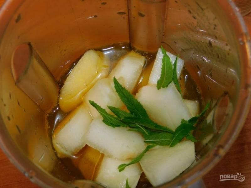 Сложите в чашу блендера яблоки и дыню. Влейте холодный чай и добавьте мяту. Взбейте все хорошо блендером.