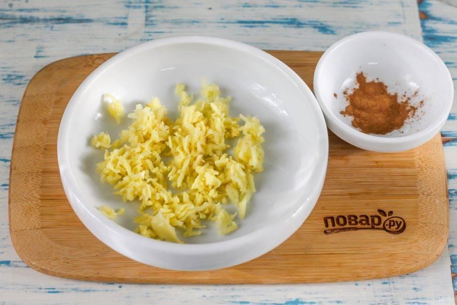 Очистите корень имбиря и промойте его в воде. Натрите на терке с мелкими ячейками в пиалу или в тарелку.