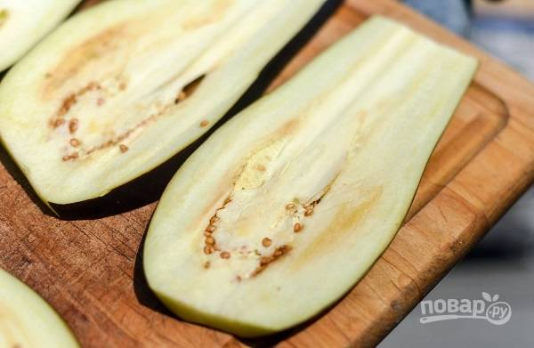 2. Острым ножом нарежьте овощ тонкими пластинками.