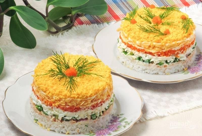 9. Украшаю салат тертыми на мелкой терке куриными желтками и веточкой зелени. Приятного аппетита!