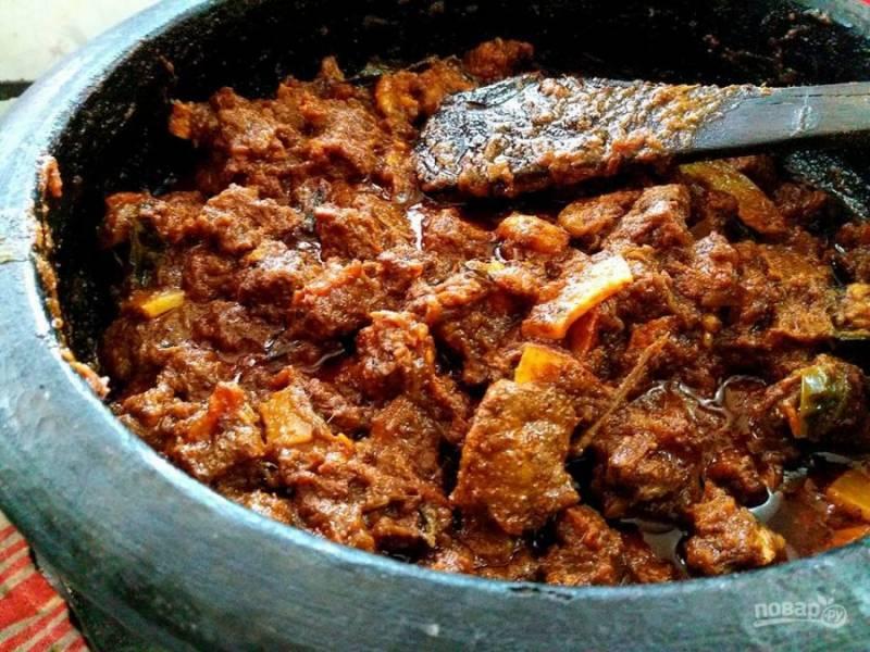 7. Хорошо протушите мясо в готовом соусе, снимите с огня.