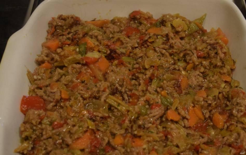 3. Выкладываем теперь на дно формы половину пюре, затем мясо с овощами, а затем опять пюре.