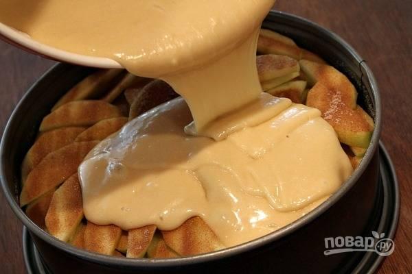 3. Аккуратно налейте тесто сверху яблок.