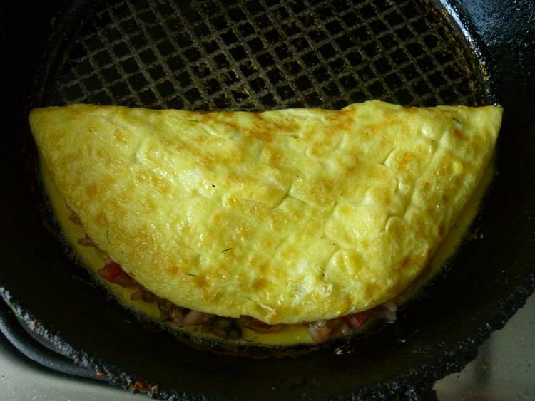 И аккуратно накрываем начинку второй половиной омлета, жарим еще пару минут с каждой стороны. Готовый омлет выкладываем на тарелку и поливаем кетчупом. Приятного всем аппетита!