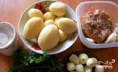 Подготовим все необходимые продукты. Картофель, чеснок и лук очистим от кожуры.