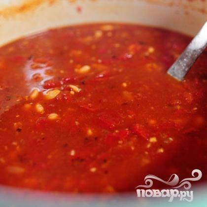6. Влить куриный бульон. Перемешать и готовить на слабом огне в течение 20-25 минут. Добавить соль и перец по вкусу.