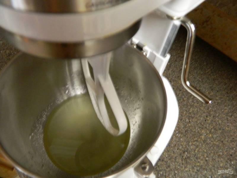 Отдельно смешиваем стакан теплой воды, масло и оставшийся сахар, соль. Ждем, пока сахар растворится.