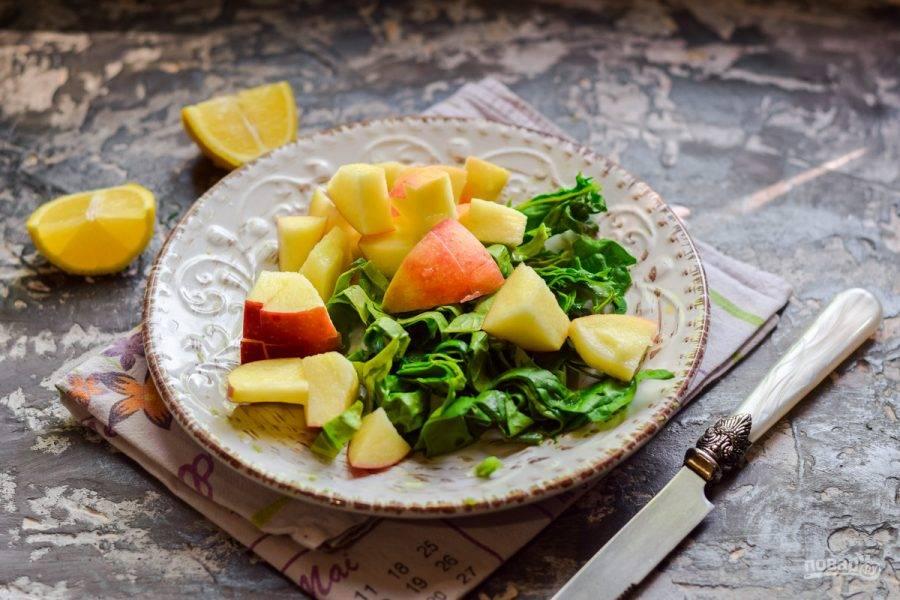 Яблоко сполосните и просушите, разрежьте пополам, после удалите сердцевину. Нарежьте яблоко произвольно.