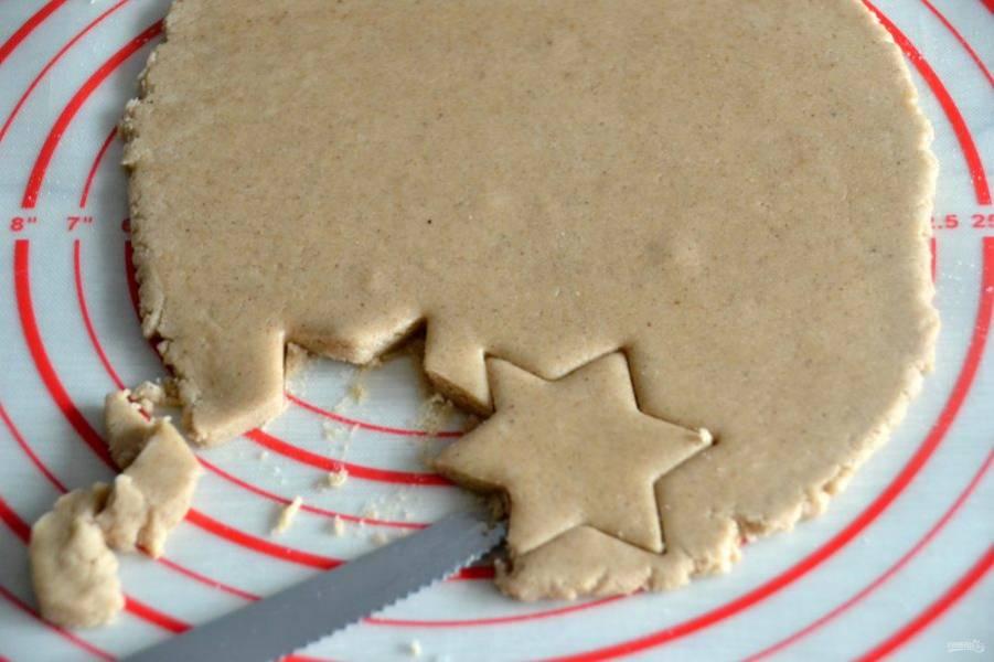 Аккуратно с помощью ножа перенесите печенье на лист для выпечки.