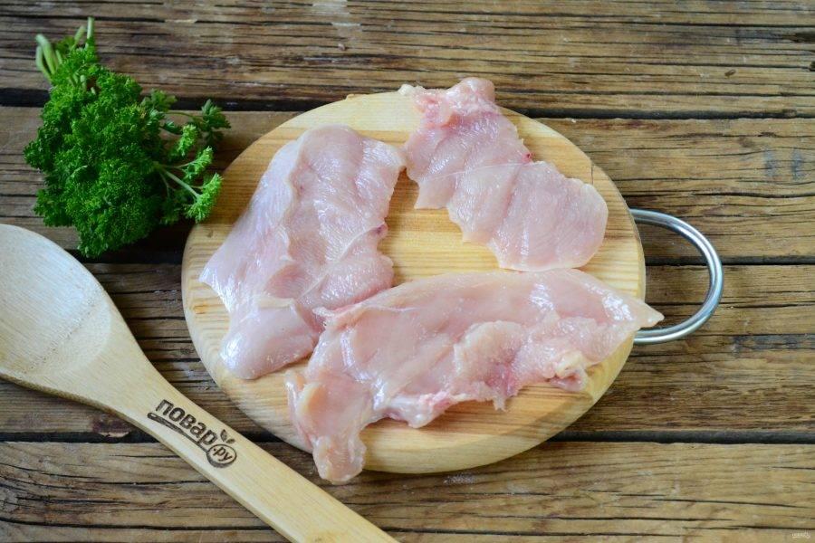 Куриную грудку порежьте на максимально тонкие пластины, в этом лучшим вашим помощником станет очень острый нож.