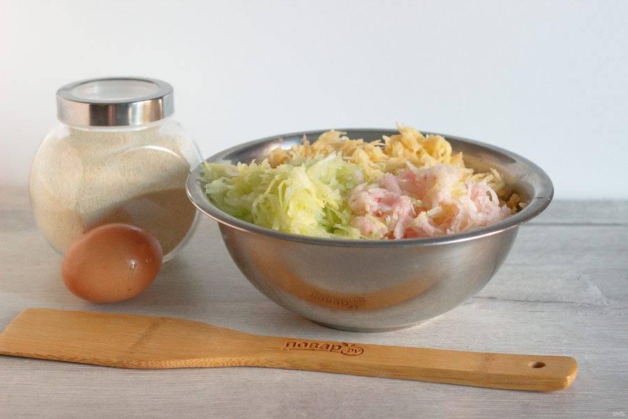 Картофель, кабачок и яблоко помойте, очистите и натерите на мелкой терке. Кабачок и яблоко можно немного отжать.