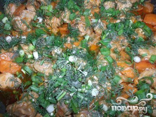 4.Мелко нарубим лук и зелень, добавим их когда загустится соус. Минут 5-7 тушим еще (под крышкой, огонь должен быть небольшой), можно добавлять немного воды.