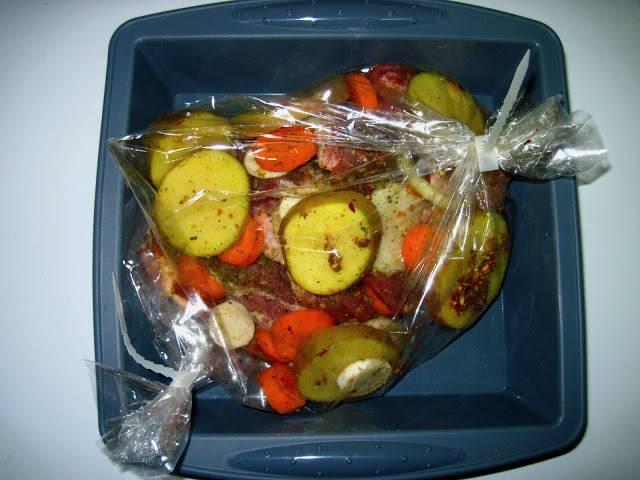 Говядину с овощами запаковать в рукав, положить на противень и запекать в духовке час при 200 градусах.