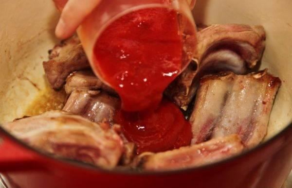 4. Добавить томатный соус или пасту, предварительно разбавив ее небольшим количеством воды. Если соус со специями (острый или соленый), это стоит учитывать, добавляя следующие ингредиенты в блюдо.