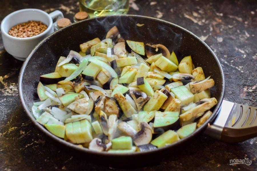 В сковороде прогрейте масло, переложите все овощи, жарьте 4-5 минут.