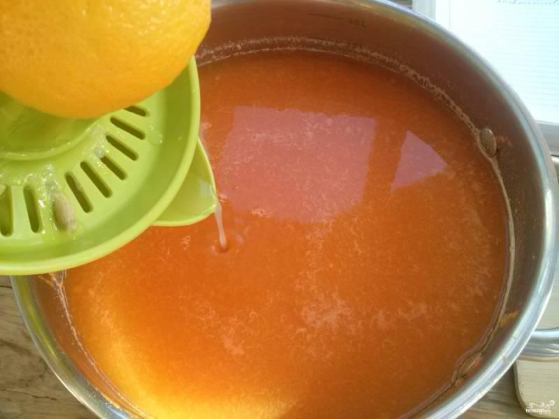 6. Добавьте в тыквенный сок свежевыжатый сок лимона. Сок доведите до кипения, затем варите в течение 15 минут.