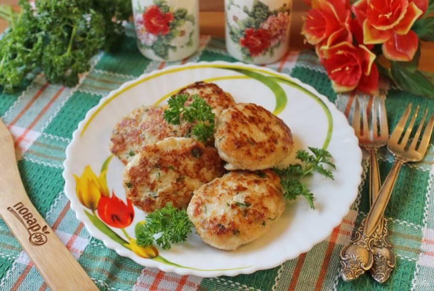 Сочные, нежные котлеты с сыром и зеленью готовы. Подавайте к столу с любым гарниром, свежими овощами, соленьями.