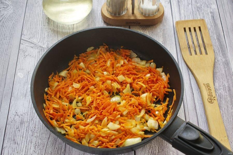 Лук мелко нарежьте, морковь натрите на крупной терке. Пассеруйте овощи на разогретом растительном масле до золотистого цвета.