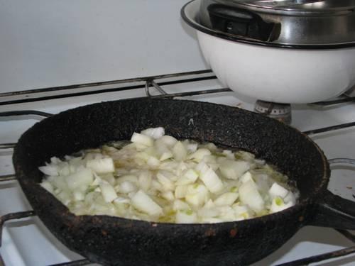 2. Масло надо хорошо прогреть на сковороде, а уж потом добавлять лук. На сильном огне доводим лук до золотистости, а потом убавляем огонь до минимального.