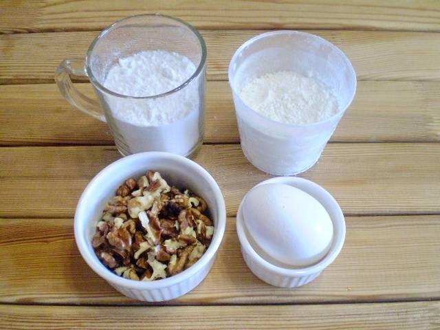 1. Приготовим продукты: сахарную пудру, муку, орехи и сырое яйцо.