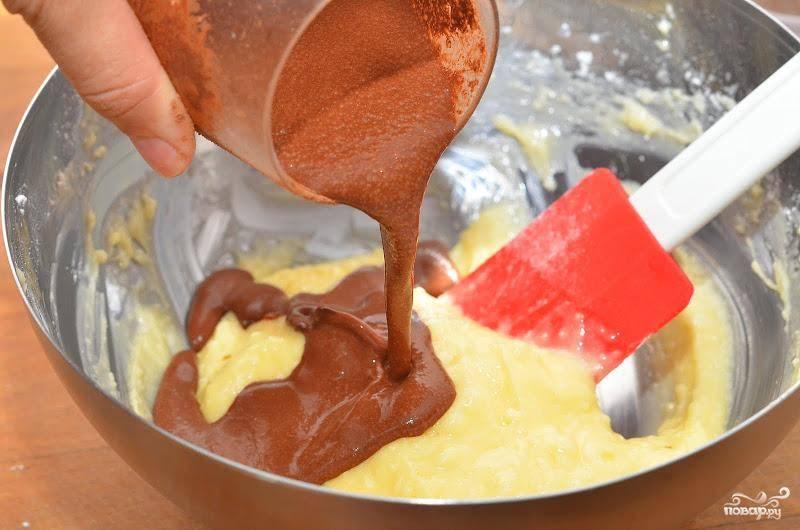 Смешиваем какао-порошок, воду и экстракт. Хорошенько перемешиваем и добавляем в масляную смесь. Перемешиваем.