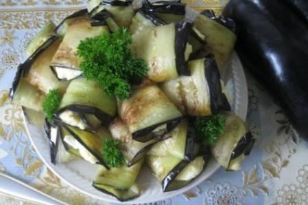 8.Достаем рулетики из холодильника, перекладываем на новую тарелку, украшаем зеленью и подаем к столу. Приятного аппетита!