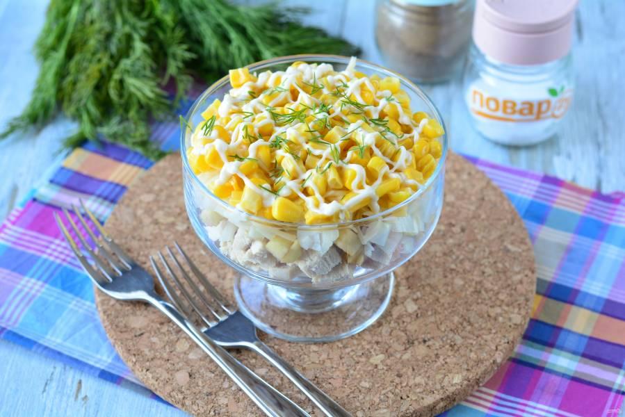Слоеный салат с курицей и кукурузой