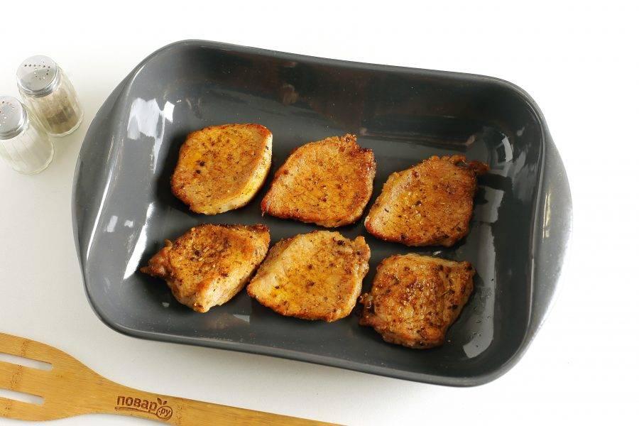 Форму для запекания смажьте маслом и выложите обжаренные кусочки мяса.
