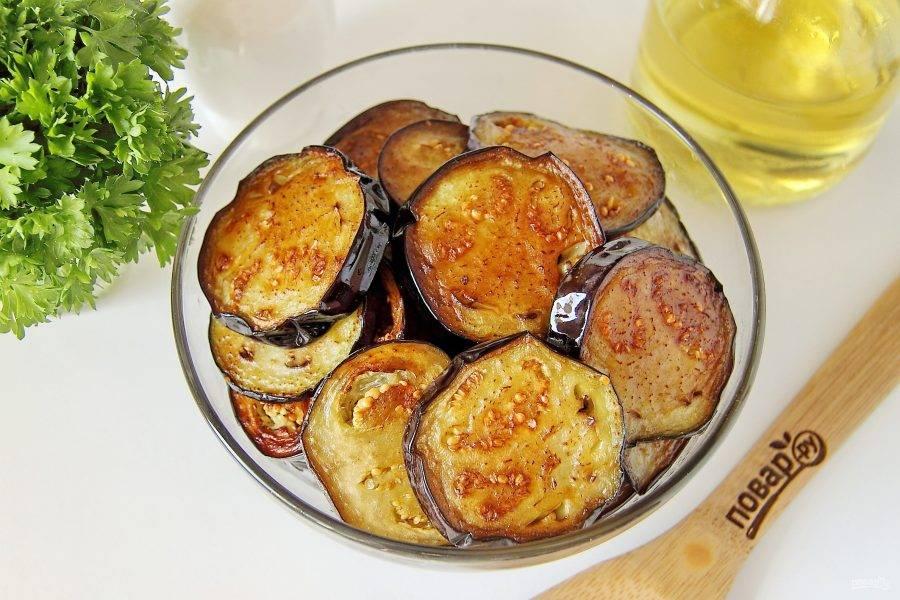 Разогрейте в сковороде небольшое количество масла и обжарьте баклажаны с двух сторон до золотистого цвета.