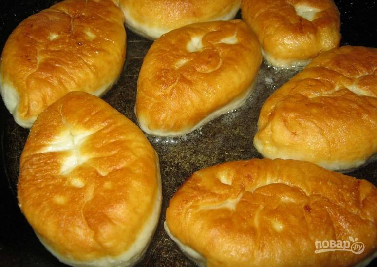 Формируем пирожки, защипнув края. Разогреваем в сковороде растительное масло, обжариваем пирожки с двух сторон до красивого золотистого цвета.