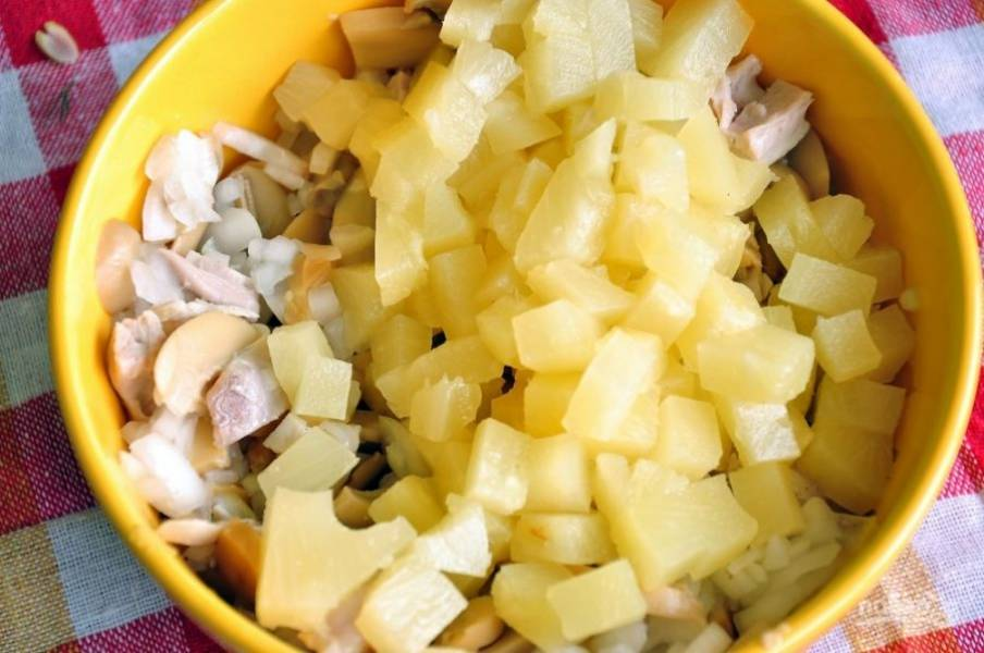 2. Нарезаем консервированный ананас кубиками  и добавляем в салат.