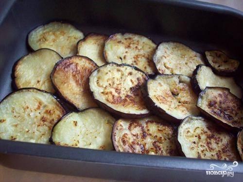 Укладываем слой баклажанов в форму для запекания. Для подстраховки можно смазать ее маслом, но овощи и фарш дадут много сока, так что пригореть не должно.