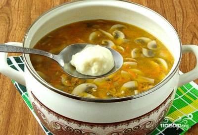 Варите суп 2 минуты. Теперь берите по столовой ложке картофельной массы, закидывайте её в суп, чтобы получились клёцки.
